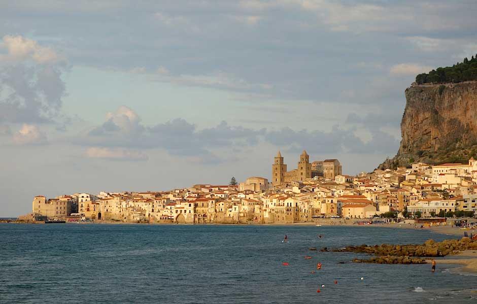 Strand mit Blick auf Cefalù